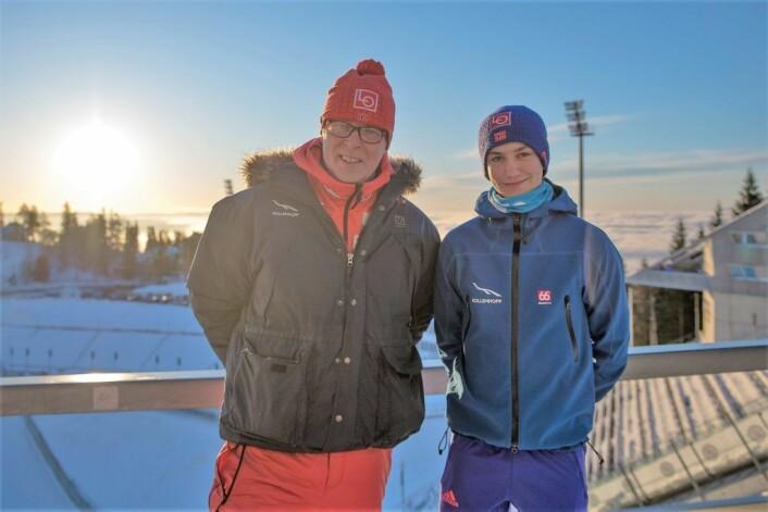 Det er sol, det er nesten vindstille i Holmenkollen og det er en time til hopprennet skal starte. Trener Yngve Ludvigsen og skihopper Benjamin Østvold gleder seg. Foto: Anna Carlsson