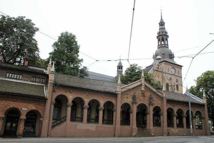 Oslo domkirke ligger omsluttet av kirkeristens murbuer og Bacchus gulrotkake og kaffeservering. Foto: Wikimedia Commons