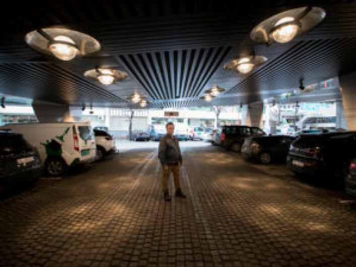 Kjell inne på parkeringshuset til Konserthuset, en grei plass å hvile litt når man bor på gata. Foto: Kyrre Songstad Seim