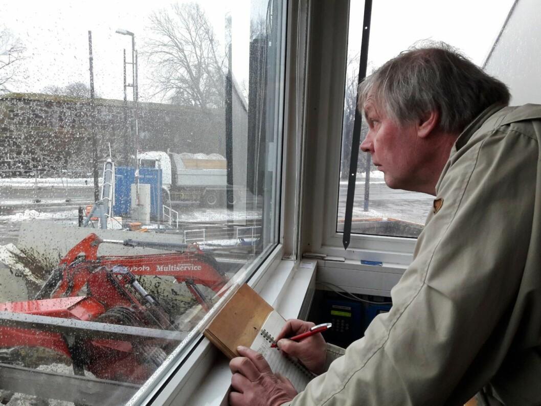 Prosjektleder Hans Kevin fører regnskap over alle lastebiler som leverer snø til NCCs anlegg S/S Terje. Foto: Anders Høilund