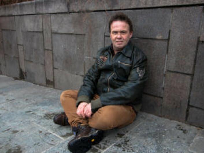 Det hendte at Kjell oppholdt seg ved nedgangen til Nationaltheatret T-bane. Her er det nemlig varmekabler i bakken.