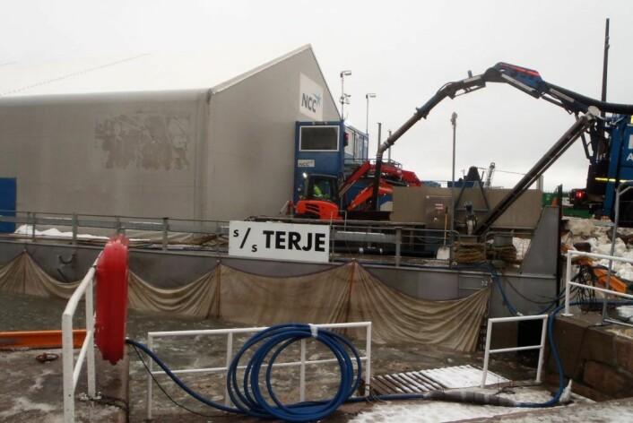 Grus som har ligget i snøen pumpes opp fra renseanlegget under lekteren. Foto: Anders Høilund