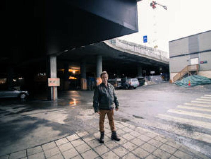 Dette bildet er tatt rett ved Evo treningssenter i Vika. Kjell bodde under broa i 2-3 uker sammen med 10-12 andre. Foto: Kyrre Songstad Seim