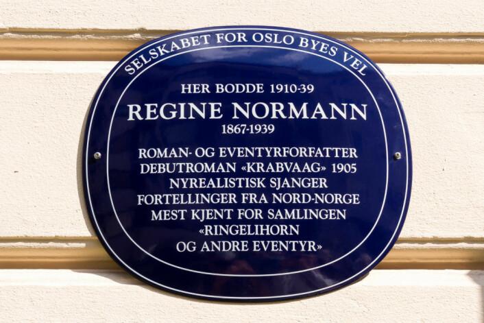 Forfatteren Regine Normann har fått sitt skilt utenfor boligen i Stensgata 3. Foto: Kristijan Velkovskij