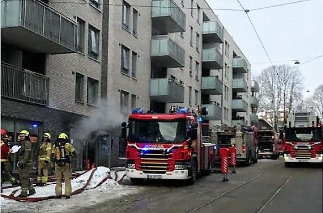 Mange utrykningsmannskap og røykdykkere var på plass for å slukke brannen i Toftes gate. Foto: Oslo brann og redningsetat