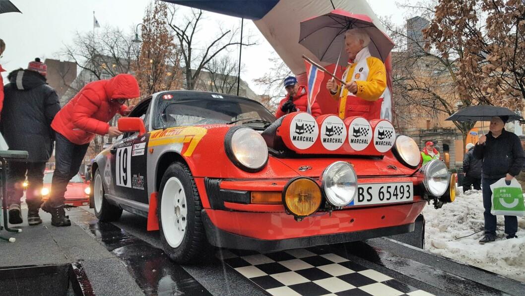 Klar, ferdig... En bil gjør seg klar til avgang i Rally Monte Carlo Historique ved Nationaltheatret i dag tidlig. Foto: Tarjei Kidd Olsen