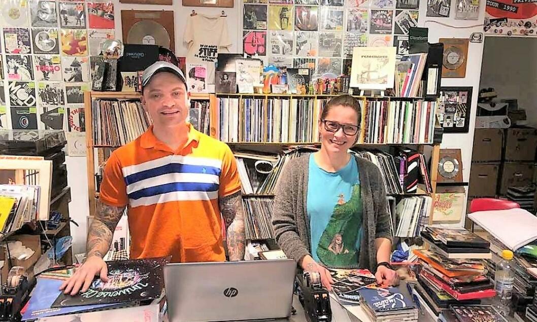 André Bjørnsrud og Anette Pedersen er driverne av bruktbutikken Råkk & Rålls i Stortingsgata 8. Foto: John Berge, Videomagasinet.no