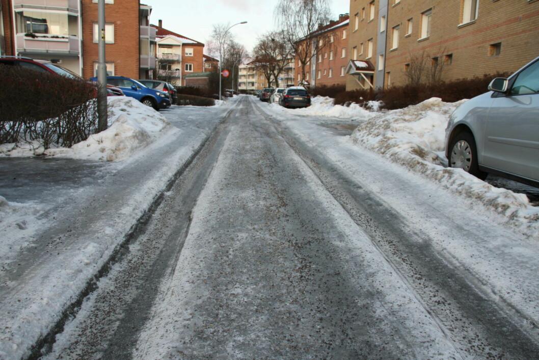 SV-politiker Ivar Johansen mener byrådets brøyteavtaler fører til is og kjørespor. Foto: Per Øivind Eriksen
