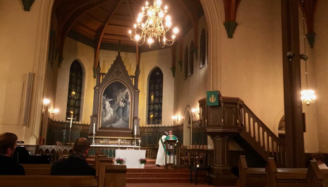 Kampen Kirke har en vakker altertavle, som forestiller kvinnene ved graven på påskemorgen. Tavlen er tegnet av Axel Ender. Foto: Kjersti Opstad