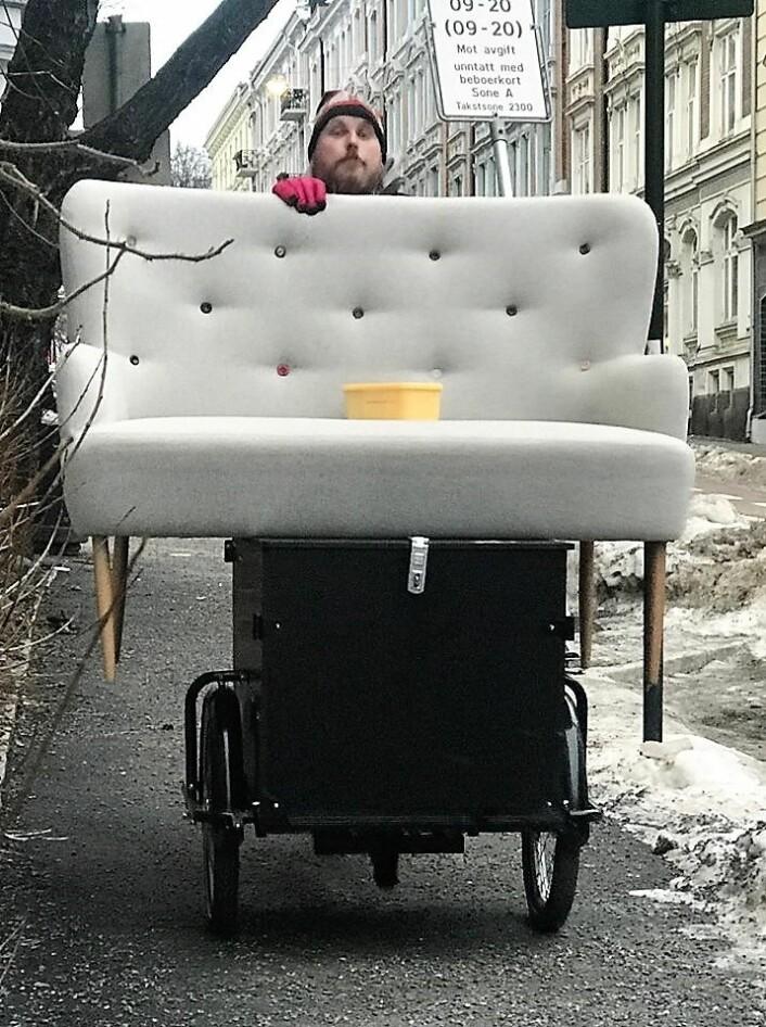 Geir Rognlien Elgvin med sofaen på lastesykkelen. Foto: Privat