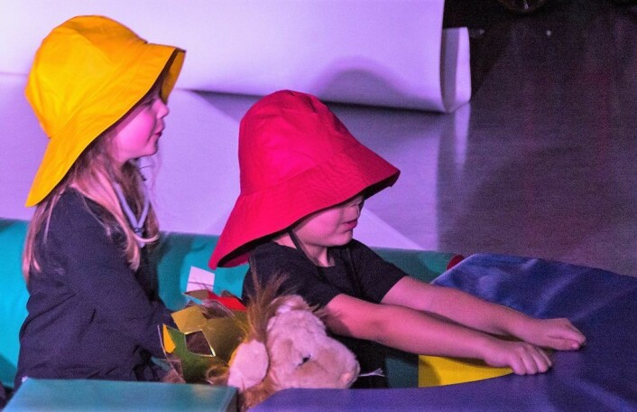 Barna har tatt med seg løva, den ensomme kongen, ut i båt for å finne venner. Foto: Morten Lauveng Jørgensen