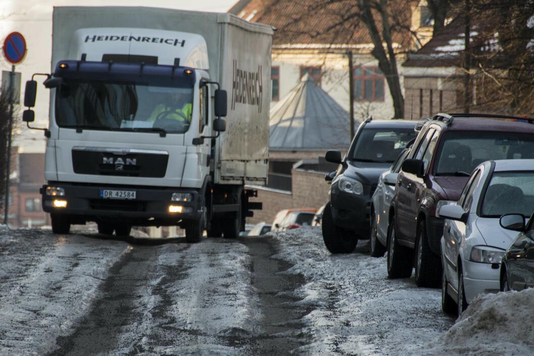 Lastebil prøver komme frem i dype spor. Foto: Morten Lauveng Jørgensen