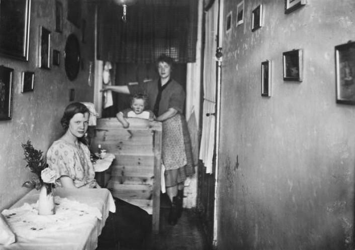 Familie som bor på gangen, Rodeløkka 1930-tallet. Foto: Nanna Broch / Oslo museum