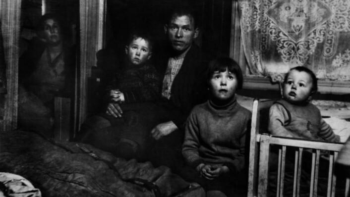 Østkantfamilie med tre barn, ca. 1930. Foto: Nanna Broch