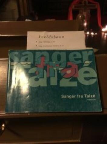 Taize sangboka er mer håndterlig enn salmeboka. Foto: Kjersti Opstad