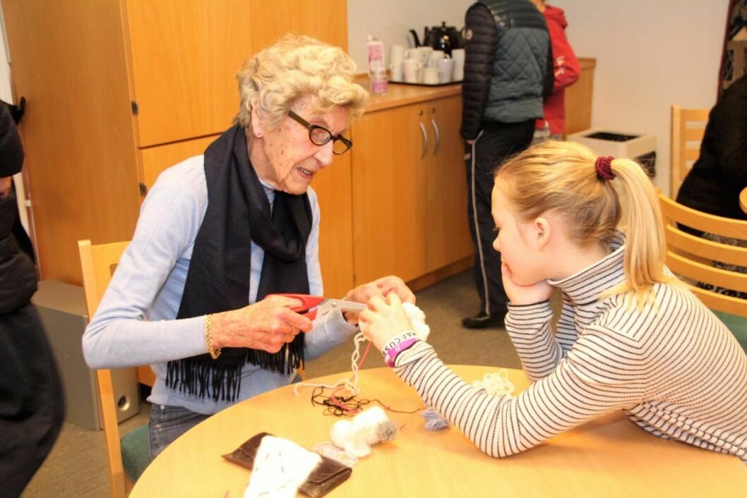 På Bygdøy seniorsenter møter elever fra Bygdøy skole sine seniorer i strikking. Anniken lærer en viktig detalj.