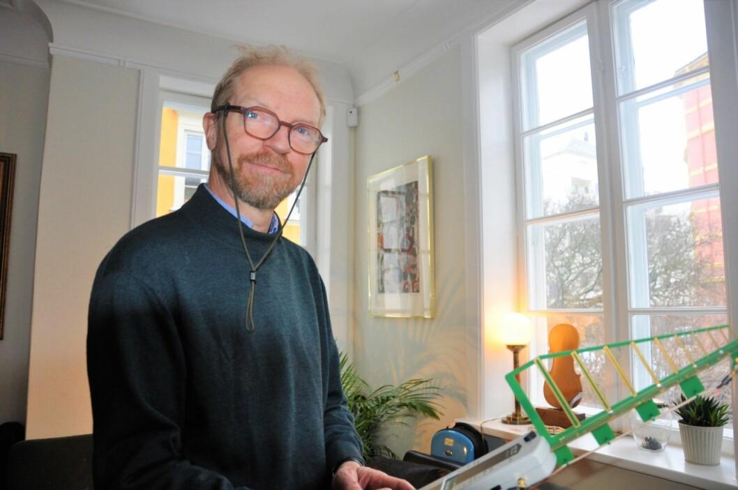 Urs Wenk-Wolff har flere apparater som måler stråling fra elektriske apparater. Foto: Arnsten Linstad