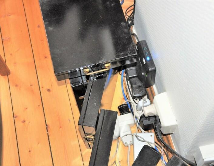 Gamle bankbokser i metall står rundt router`en og mobilen for å redusere stråling. Foto: Arnsten Linstad