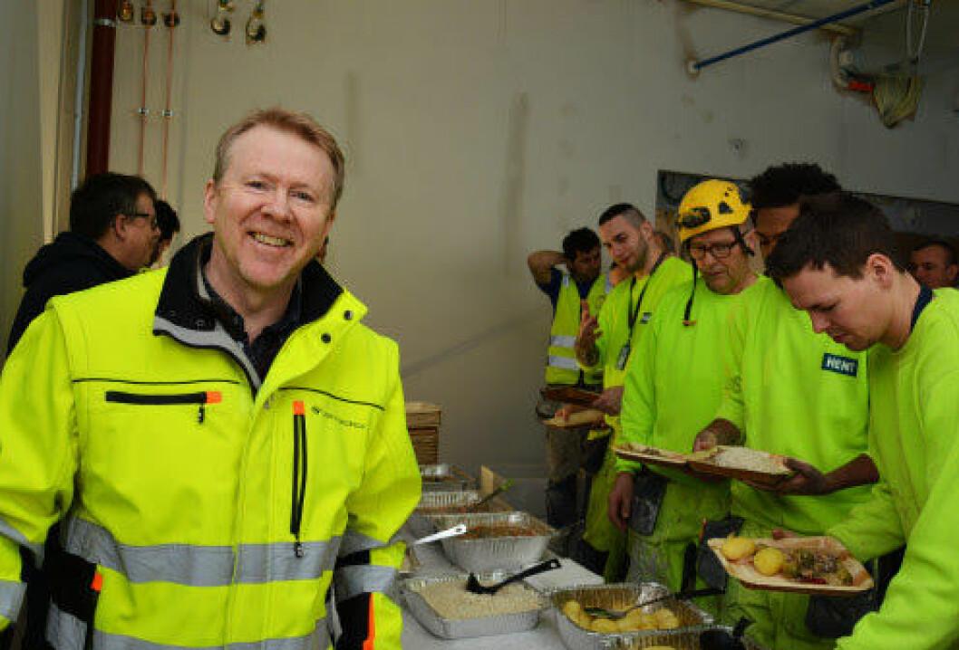 Prosjektleder Andreas Halsebakke og Undervisningsbygg serverte hjortegryte og bløtkake til bygningsarbeiderne under kranselaget. Foto: Undervisningsbygg