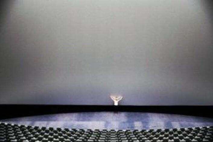Senterleder Linda Stenersen fremfor lerretet i IMAX-salen. Foto: Odeon Kino
