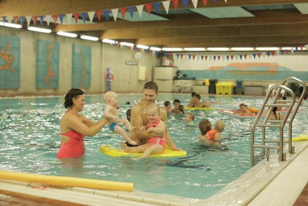 Det varme vannet gjør at flere foreldre har med babyer her og folk som trenger varme, som revmatikere og bevegelseshemmede. Foto: Bøler bad
