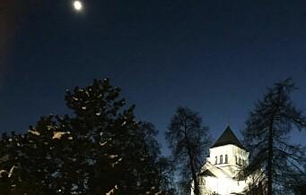 Ullern kirke lå trolsk, magisk og badende i månelys. Inne er den slående vakker