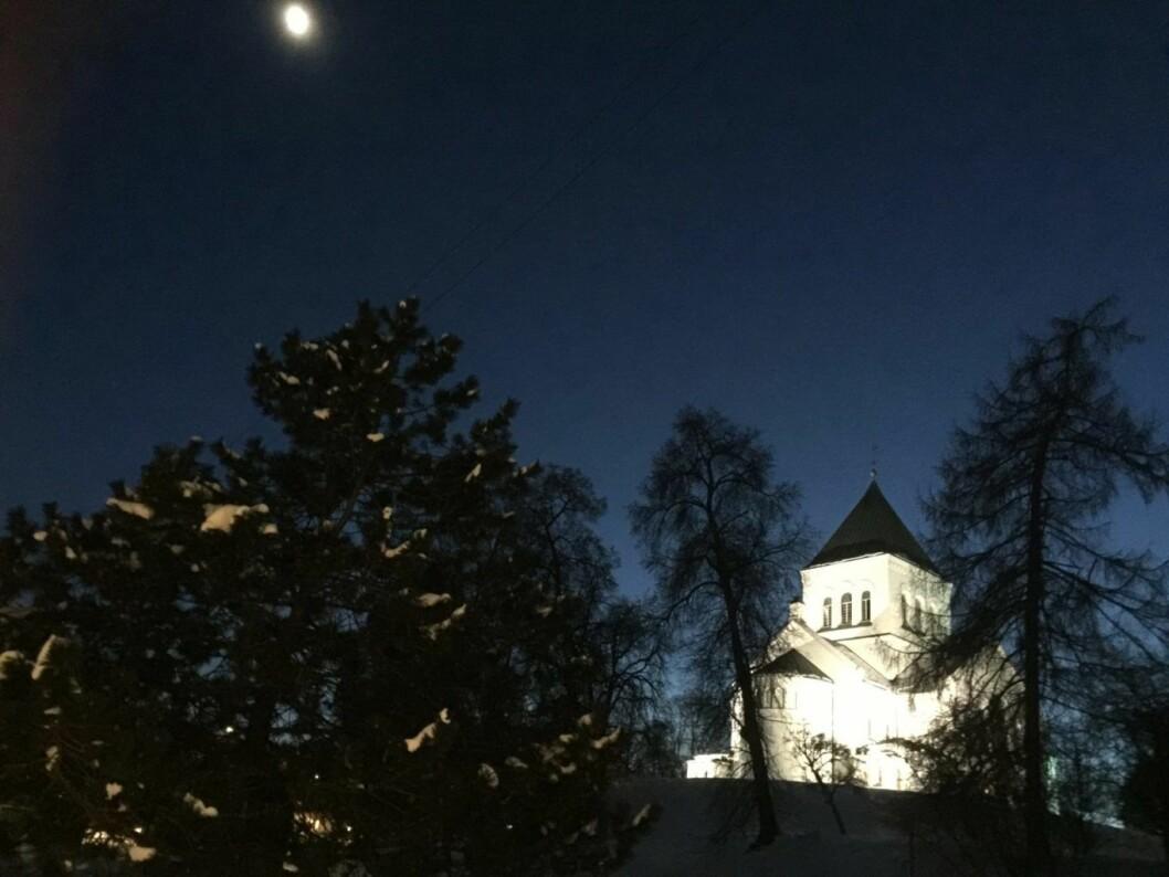Høyt oppe på toppen av bakken lå Ullern Kirke, trolsk, magisk og badende i månelys. Kjersti Opstad