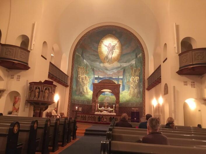 I Ullern kirke er det plass til 900 mennesker, skriver Wikipedia. Denne torsdagskvelden var vi ni. Foto: Kjersti Opstad