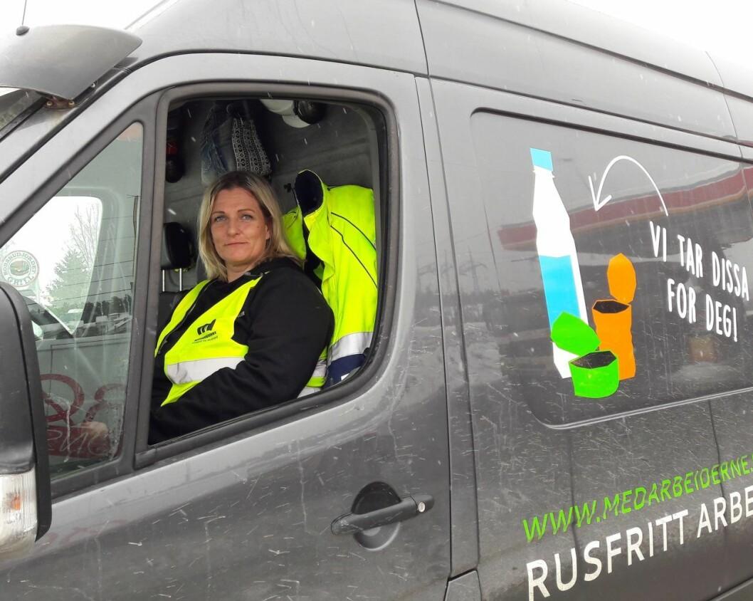 Yvonne bak rattet på Medarbeidernes varebil. Stolt og glad. Foto: Anders Høilund