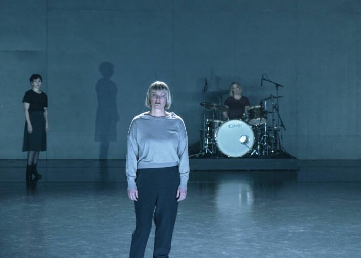 Nina Woxholtt som Eurydike. I bakgrunnen er Gjertrud Jynge som Teiresias og musiker Elisabeth Nesset. Foto: Erika Hebbert / Det Norske Teatret
