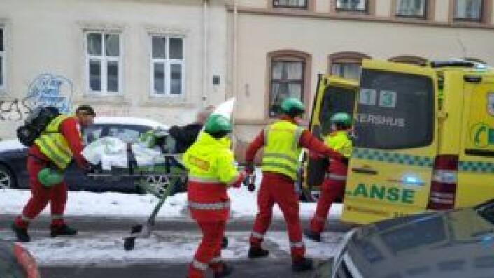 Ambulansepersonell tar hånd om en beboer i Urtegata. Foto: Tarjei Kidd Olsen