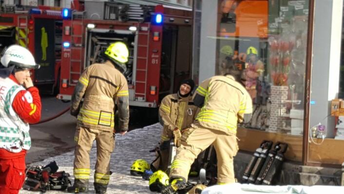 Redningsmannskap utenfor brannen i Urtegata 48A. Foto: Tarjei Kidd Olsen
