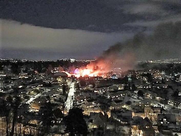 I Guldberbsvei 27 brant en sveitservilla helt ned i går kveld. Foto: Emilie Mejlænder