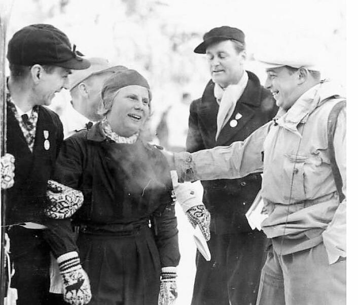Laila Schou-Nilsen etter seieren i utforrennet i Olympiaden i 1936. Foto: German Federal Archive