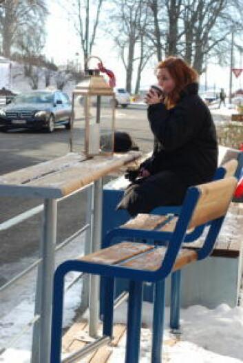 Rosenkrantz gate i vinter, hvor det har kommet benker og bord.