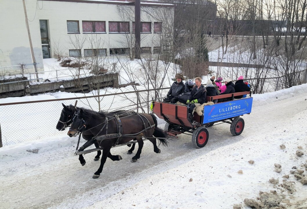 Hva med en liten tur med hest og vogn langs Akerselva? Her på vei forbi gamle Lilleborg såpefabrikk. Foto: Tarjei Kidd Olsen