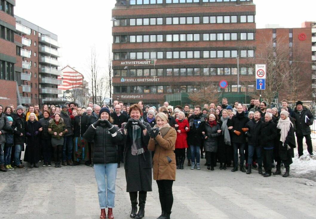 Oslo SVs årsmøte demonstrerte ulovlig med ordfører Marianne Borgen i spissen. Her flankert av fylkesleder Sunnia Holmås Eidsvoll (t.v) og stortingsrepresentant Kari Elisabeth Kaski. Foto: Oslo SV