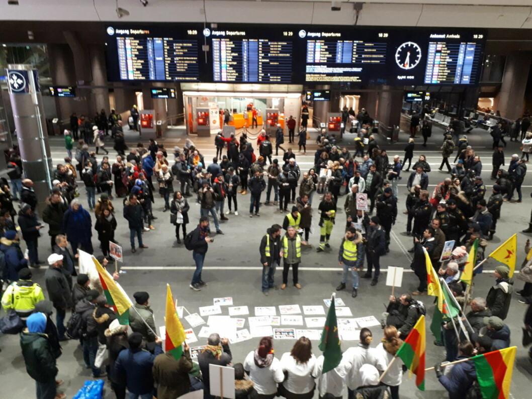 De kurdiske demonstrantene sperret deler av Oslo S. Foto: Christian Boger.