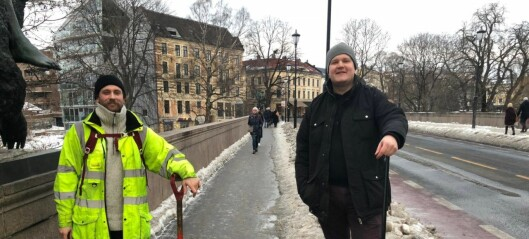 Haakon og August fikk nok av glatte og farlige forhold. Tok spaden i egen hånd og fjernet isen på Ankerbrua