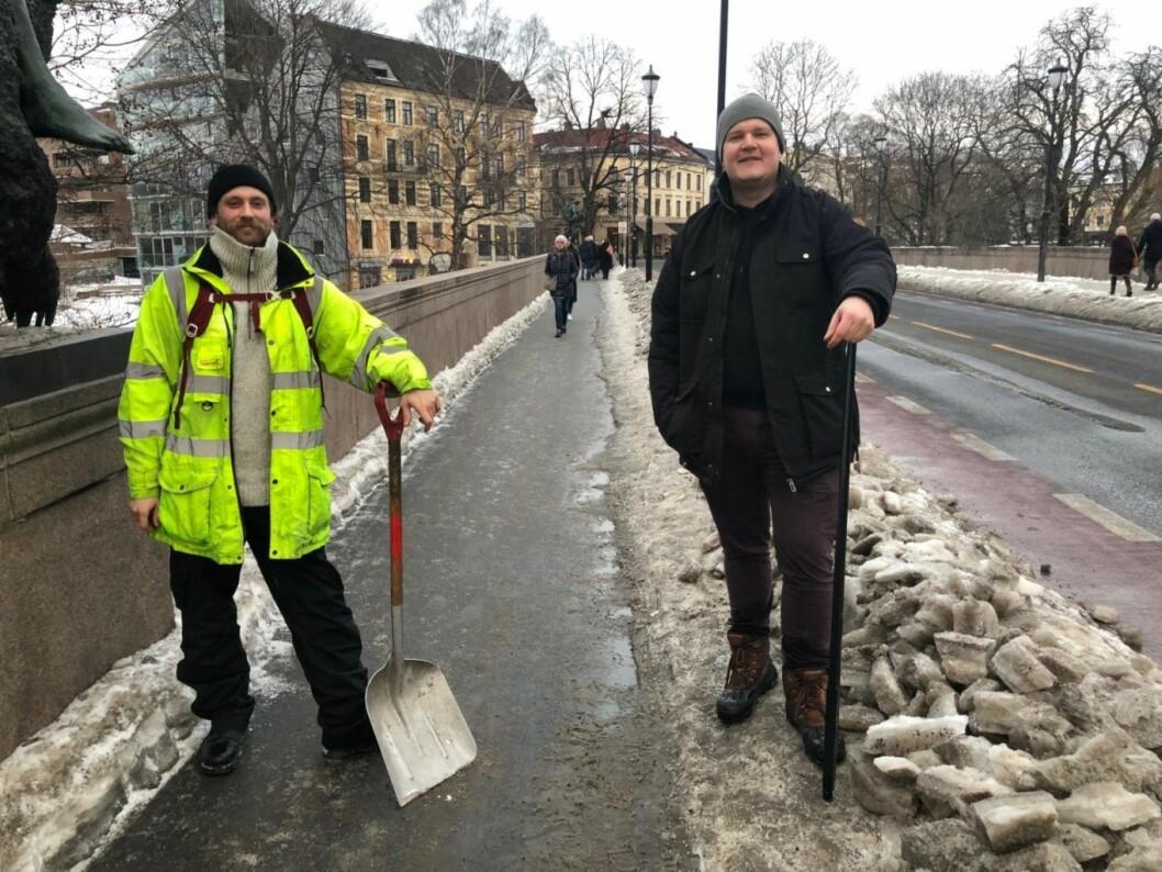 – Vi har gått i hele vinter og irritert oss og vært forundret over at det ikke er brøytet på fortauet i det hele tatt, sier Haakon Mathisen (t.v.) og August Lilleås. Foto: Privat