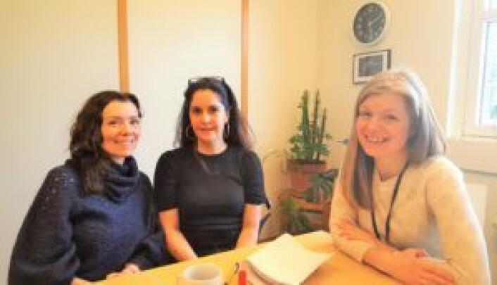 Fra venstre: SeFI's enhetsleder, Mette Bjørlo, jobbspesialist på SeFIs introduksjonsprogram, Camilla Thevik og teamleder i samme program, Linn Camilla Elvenes. Foto: Tarjei Kidd Olsen
