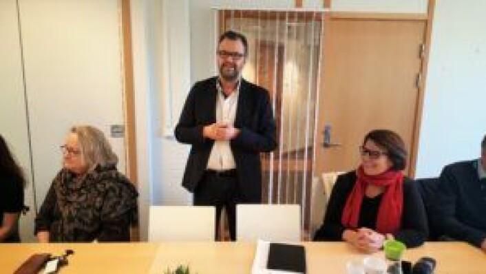 Bydel Gamle Oslos bydelsdirektør Tore Olsen Pran åpner presentasjonen av SeFI og introduksjonsprogrammet for byråd Tone Tellevik Dahl (t.h.). Bydelens avdelingsdirektør for helse, sosial og nærmiljø, Trine Lise Granli til venstre. Foto: Tarjei Kidd Olsen