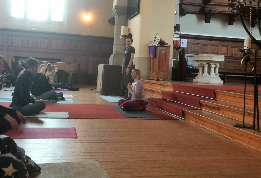 Yogagudstjeneste i Fagerborg kirke gjør godt for kropp og sjel. Foto: Kjersti Opstad