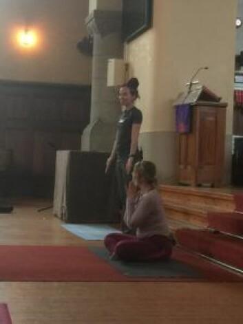 Sogneprest Sunniva Gylver står i spissen for yogagudstjenestene. Foto: Kjersti Opstad