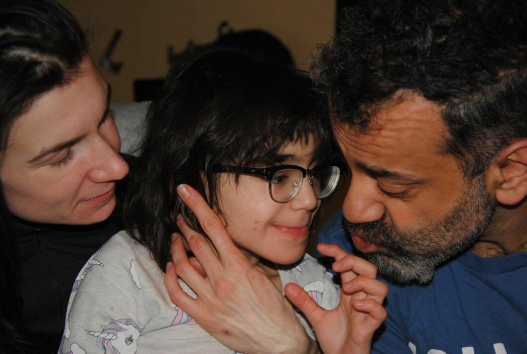 Mamma Natalia, datteren Mitra (7) og pappa Shahram Ariafar skulle så gjerne brukt mer tid på å være en familie og sluppet å sitte i 185 møter årlig med hjelepapparatet. Foto: Arnsten Linstad