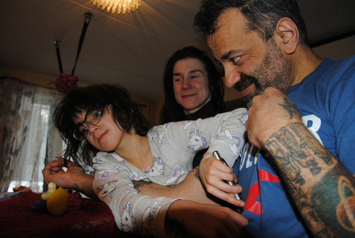 VårtOslos penn kan brukes til å pynte på pappa Shahrams tatoveringer, mener Mitra. Foto: Arnsten Linstad