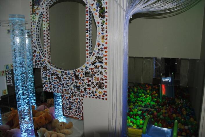 Pappa Shahram har bygget et eget sensorisk rom til Mitra der hun kan leke, slappe av og trene opp balanse, koordinasjon, syn, hørsel og andre sanser. Foto: Arnsten Linstad