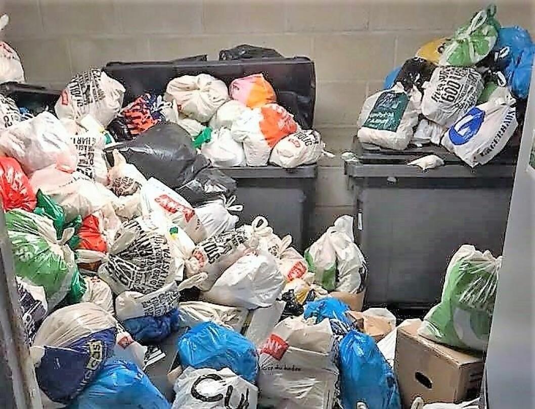 Renovasjonsetaten har ikke hentet søppel på halvannen uke i Ringnes park. Nå flyter søpla over. Foto: Marianne Husum