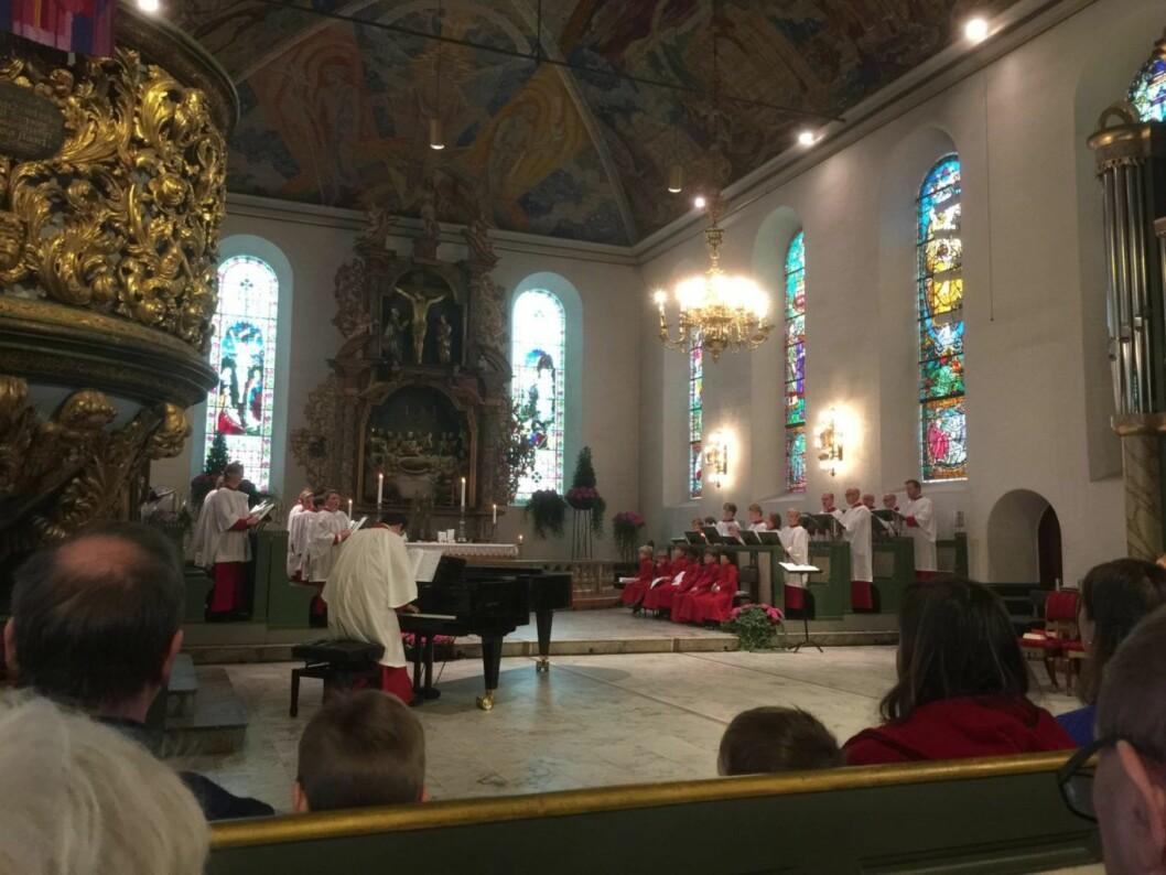 I en festpynta domkirke, var det kirkemusikkfestival. I krypten under debatterte kirkeledere slaveri i vår tid. Foto: Kjersti Opstad