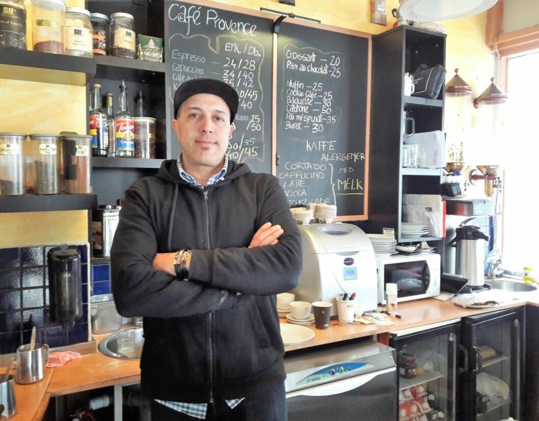Bak disken hos Café Provence finner du nesten alltid innehaveren Mohamed Bachatene. Nå kan det gå mot slutten for den fargerike kafeen. Foto: Anders Høilund
